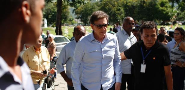 O prefeito do Rio, Marcelo Crivella, durante o enterro da adolescente Maria Eduarda,