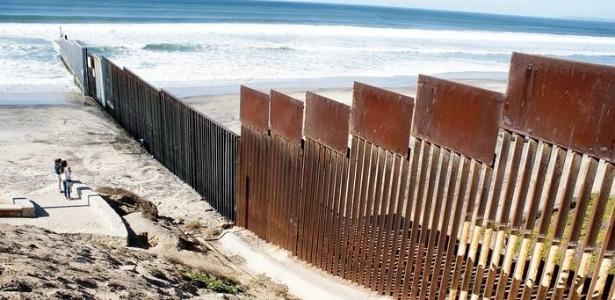 Cerca fronteiriça divide as cidades de San Diego, nos EUA, e Tijuana, no México