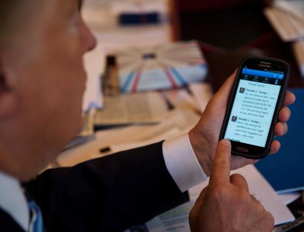 29.set.2015 - Donald Trump navega pelo seu perfil no Twitter em seu escritório no Trump Tower, Nova York