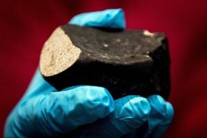 Cientistas revelam raro meteorito de 4,5 bilhões de anos na Holanda (Foto: Koen van Weel/ANP/AFP Photo)