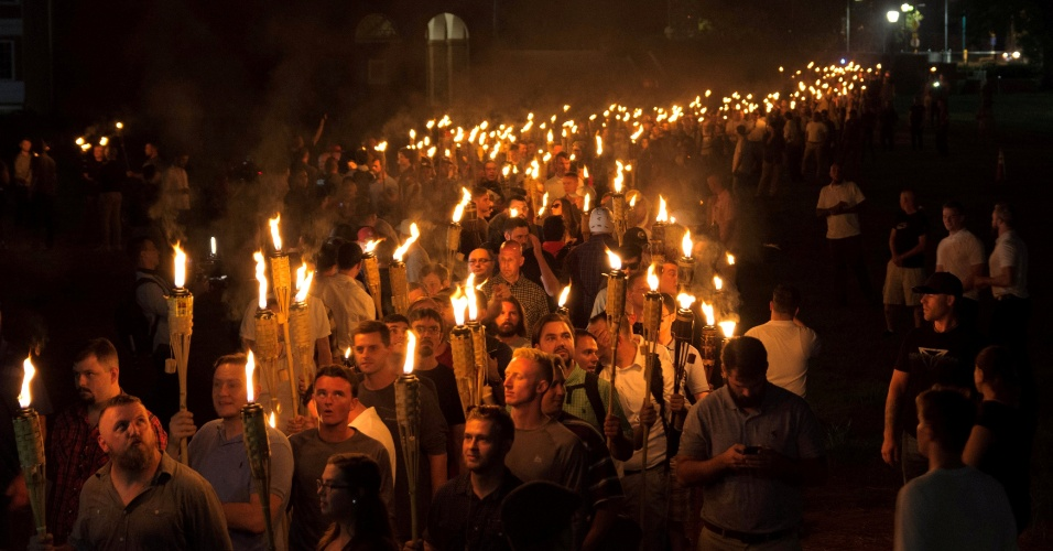 11.ago.2017 - Centenas de homens e mulheres carregam tochas, fazem saudações nazistas e gritam palavras de ordem contra negros, imigrantes, homossexuais e judeus durante protesto na pacata cidade universitária de Charlottesville, no Estado americano de Virgínia