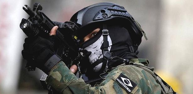 Na Rocinha, militares chamam atenção por máscaras com desenhos de caveiras