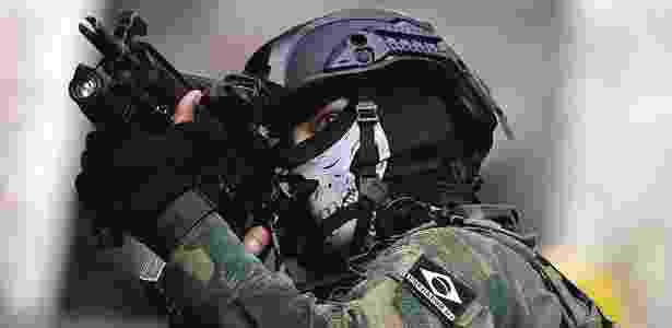 Na Rocinha, militares chamam atenção por máscaras com desenhos de caveiras - Bruno Kelly/Reuters