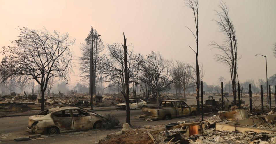 Veículos e casas destruídos pelo incêndio em Santa Rosa, na Califórnia