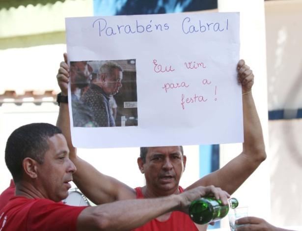 Bombeiros e sindicalistas realizam protesto em frente à cadeia para celebrar um ano da prisão de Cabral; eles também protestam pela permanência na prisão do presidente da Alerj, Jorge Picciani
