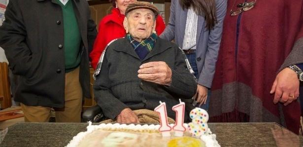 Imagem de arquivo mostra Francisco Núñez Olivera comemorando aniversário de 113 anos