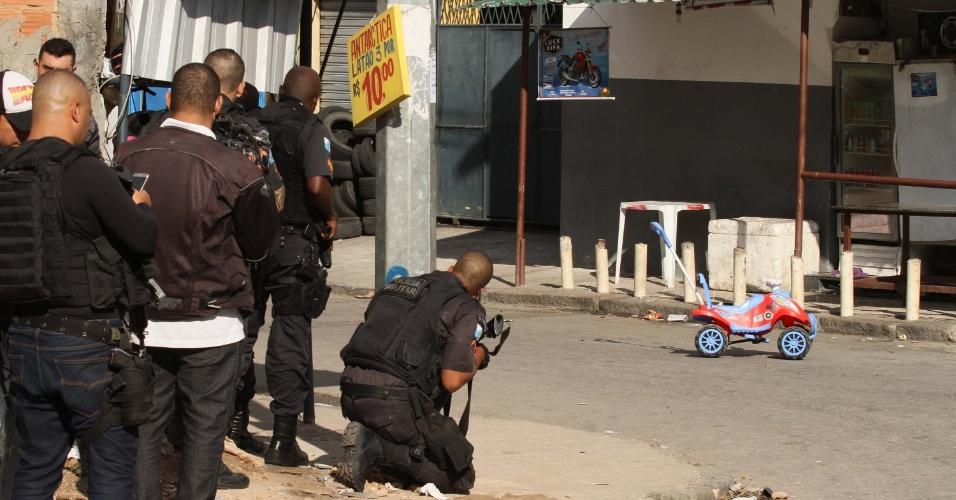 1º.fev.2018 - Policiais militares realizam operação na Cidade de Deus, na zona oeste do Rio de Janeiro, um dia depois de uma série de atos de violência na Linha Amarela, uma das principais vias expressas da cidade
