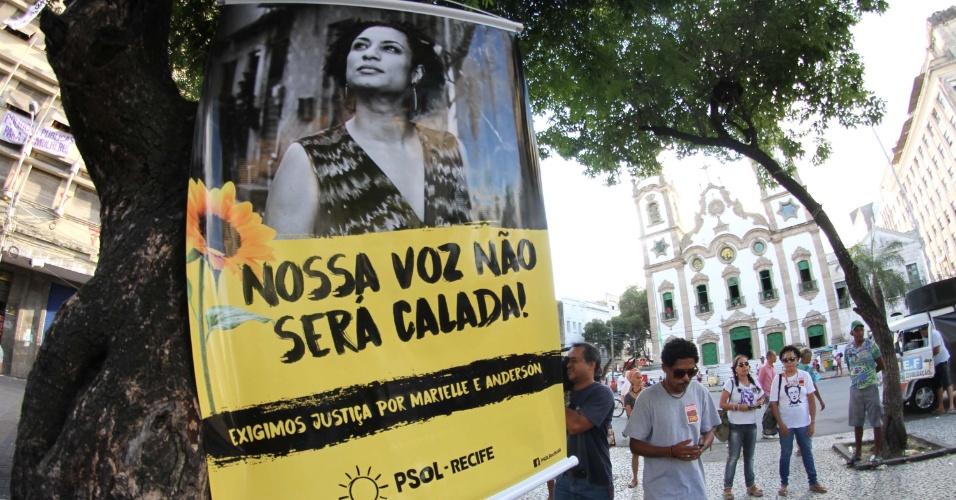 """20.mar.2018 - """"Nossa voz não será calada"""", exibe cartaz em ato que marca o sétimo dia de morte da vereadora Marielle Franco e do seu motorista Anderson Gomes realizado em Recife (PE)"""