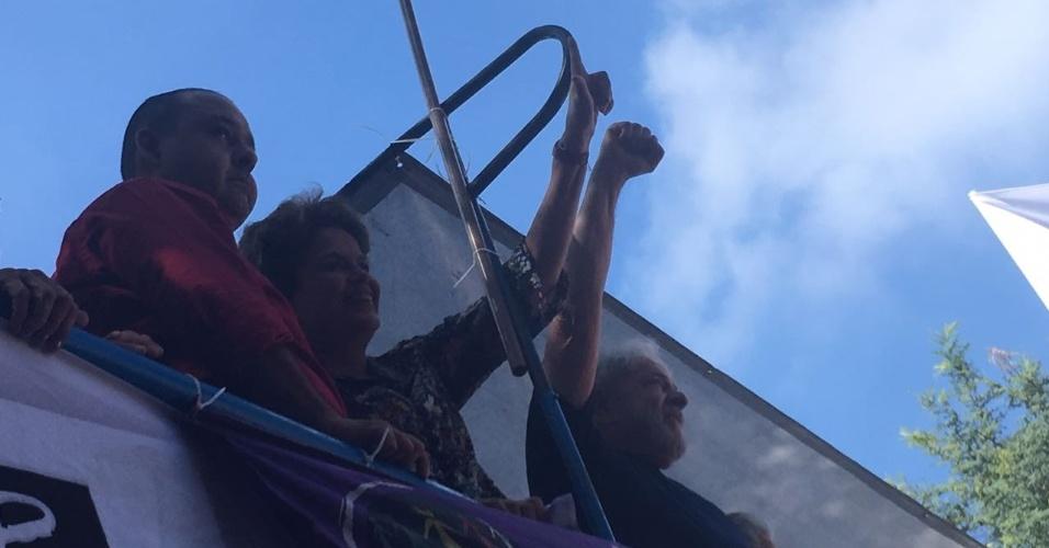 7.abr.2018 - O ex-presidente Luiz Inácio Lula da Silva acompanha a missa em homenagem a ex-primeira-dama Marisa Letícia de um carro de som no Sindicato dos Metalúrgicos do ABC ao lado da ex-presidente Dilma Rousseff