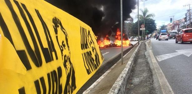 Manifestantes colocam fogo em pneus durante protesto contra prisão do ex-presidente Lula em Belo Horizonte