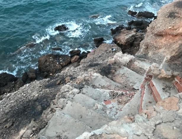 24.jul.2018 - Degraus que levam ao mar em Mati, na Grécia, onde um grupo de pessoas tentou fugir do incêndio que atingiu a região - Jason Horowitz/The New York Times