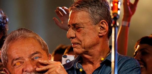 28.jul.2018 - Chico Buarque segura máscara de Lula durante festival no Rio de Janeiro