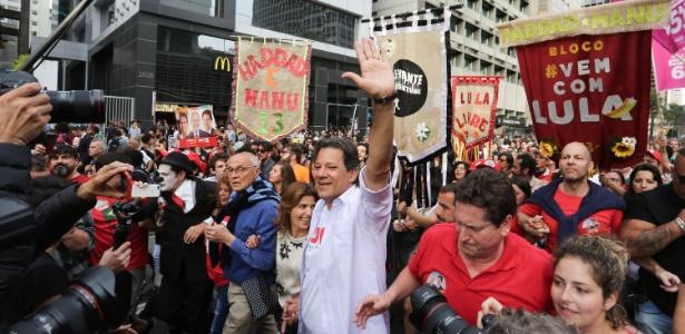 Candidato do PT, Haddad fez campanha na avenida Paulista neste domingo (16)