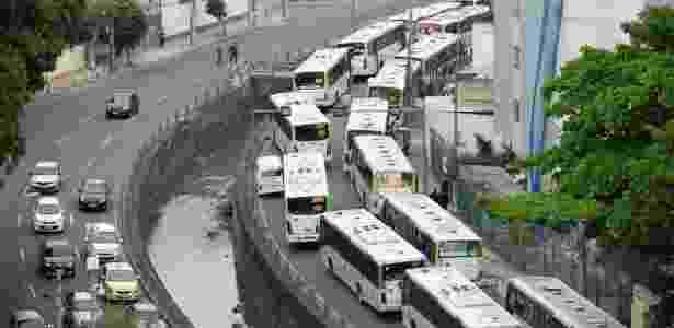 Ônibus formam fila em frente a zona eleitoral no Rio de Janeiro - Estadão Conteúdo - Out.2018