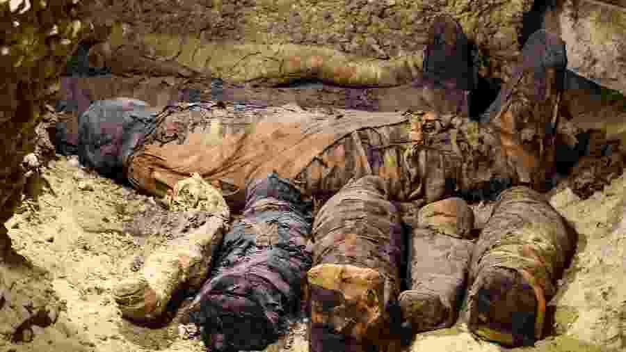 """Arqueólogos descobrem em Minya, a 340 km de Cairo (Egito), uma rara tumba com dezenas de múmias """"jovens"""" - Mohamed El-Shahed/AFP"""