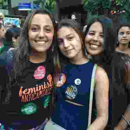 Ana Vitoria Guimarães, Taiane Andrade e Isabella Mello, todas de 21 anos, participam de ato no Rio - Luis Kawaguti/UOL