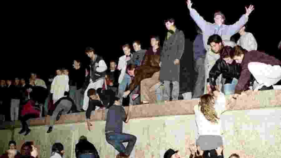 Moradores de Berlim Oriental escalaram o Muro em 9 de novembro de 1989, derrubando a Cortina de Ferro na Alemanha - Reuters