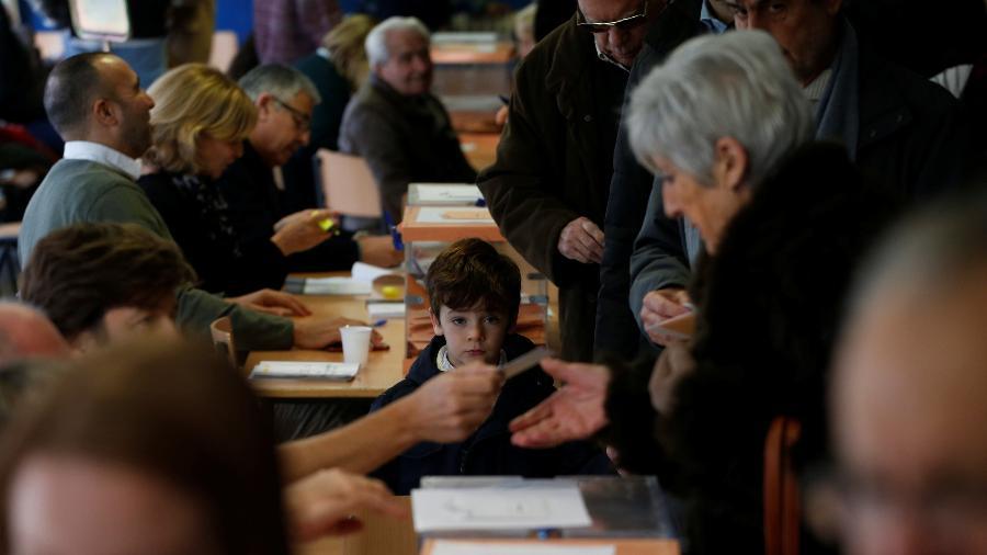 10.nov.2019 - Eleitores espanhóis depositam seus votos em estação eleitoral de Madri, na Espanha - Susana Vera/Reuters