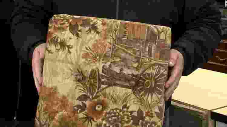 Almofada de sofá que escondia US$ 43 mil, encontrados por Howard Kirby - Reprodução/CNN