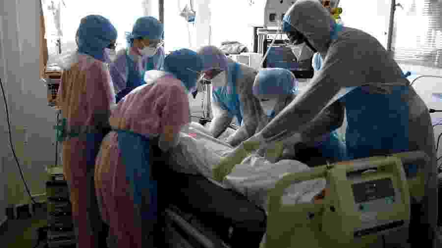 Paciente de coronavírus é tratado em UTI do hospital Institut Mutualiste Montsouris (IMM) em Paris, na França - BENOIT TESSIER/REUTERS