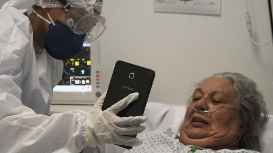 Laudiceia Mamede, 67, reencontra a filha via videochamada após dias internada com covid-19 - Talyta Vespa/UOL