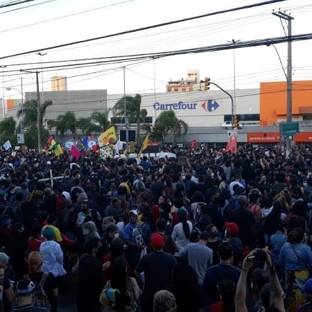 Protesto em frente ao supermercado Carrefour em Porto Alegre onde um homem negro foi agredido e morto  - Hygino Vasconcellos/UOL