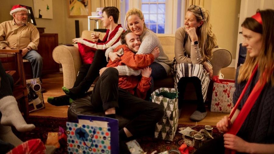 Mesmo com a pandemia, é possível manter a tradição do amigo secreto de Natal com poucos familiares ou a distância - Getty Images