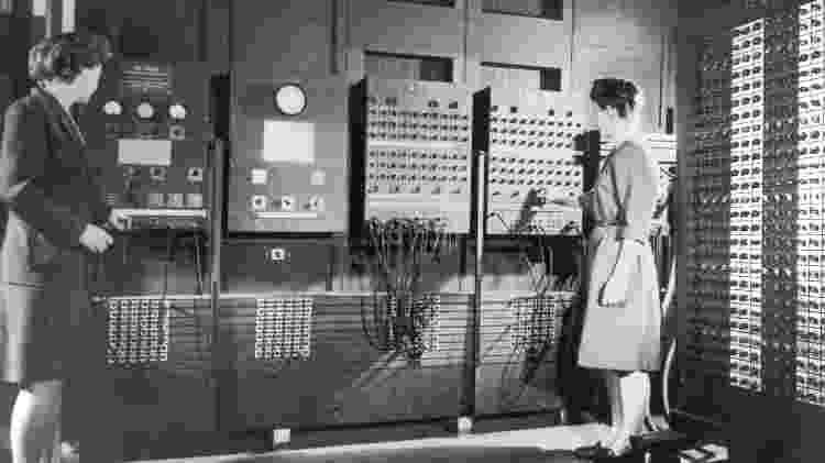 Mulheres operam o painel de controle de um Eniac - Exército dos EUA/ ARL Technical Library - Exército dos EUA/ ARL Technical Library