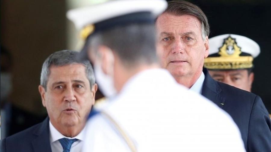 Braga Netto ao lado de Bolsonaro, nesta quarta-feira; ministro da Defesa negou ter ameaçado o processo eleitoral - REUTERS