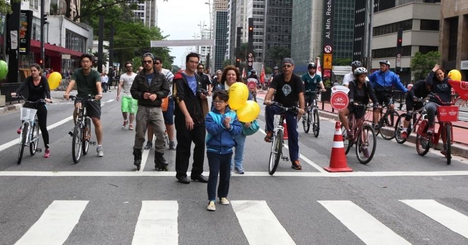 18.out.2015 - Ciclistas e pedestres aproveitam a avenida Paulista, na região central de São Paulo, aberta para lazer neste domingo (18). Depois de dois testes realizados em junho e agosto, a prefeitura decidiu fechar a via para carros aos domingos, das 9h às 17h, apesar da oposição do Ministério Público