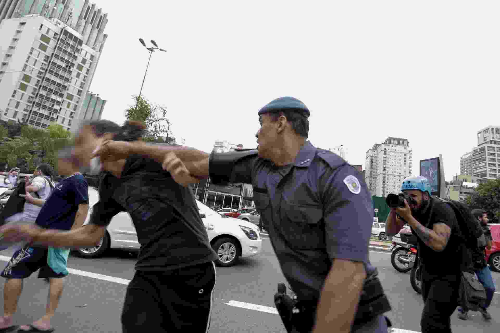 3.dez.2015 - Policiais usaram bombas de gás para dispersar manifestantes que protestavam contra a reorganização escolar na avenida Brigadeiro Faria Lima, esquina com avenida Rebouças, em Pinheiros, zona oeste de São Paulo - Newton Menezes/Estadão Conteúdo