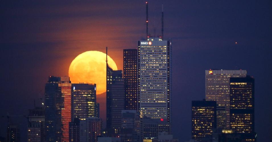 25.nov.2015 - O sol é visto atrás de edifícios do distrito financeiro de Toronto, no Canadá