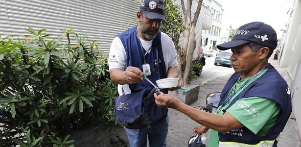 Agentes municipais da saúde fazem vistoria de focos da dengue, no Bom Retiro, em SP