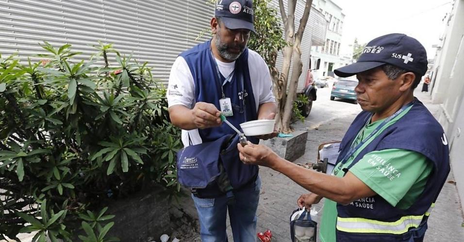 11.dez.2015 - Agentes municipais da saúde fazem vistoria de focos da dengue, no Bom Retiro, em São Paulo, local de alto índice de doença