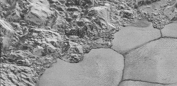A Nasa divulgou imagens de montanhas flutuantes na superfície de Plutão, aparentes formações de gelo suspensas sobre um oceano de nitrogênio congelado