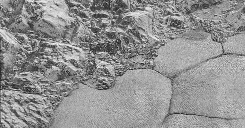 9.fev.2016 - A Nasa divulgou imagens de montanhas flutuantes na superfície de Plutão, aparentes formações de gelo suspensas sobre um oceano de nitrogênio congelado