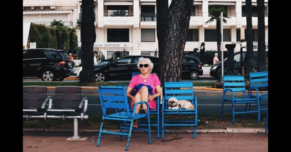 """23.fev.2016 - Talia Rudofsky é uma das finalistas na categoria Jovem. """"Fiz esta foto na Promenade de la Croisette (Cannes, França) nas minhas férias de verão. Todo mundo é, na maioria, novo rico, mas esta mulher se destacou: ela tem uma aparência relativamente modesta e está acompanhada por um cachorro, além de ser idosa. Achei divertido que o cachorro tinha a mesma expressão da mulher"""""""