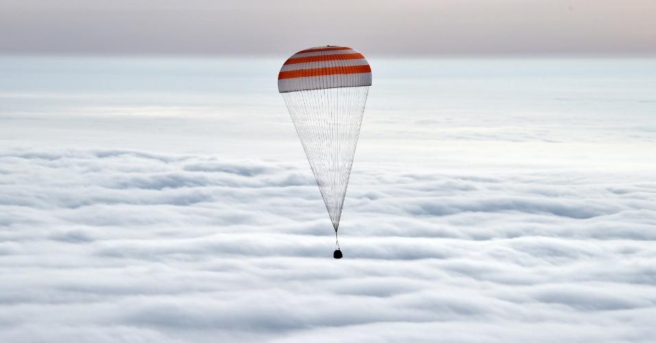 2.mar.2016 - A nave Soyuz TMA-18M, com três astronautas a bordo, retornou nesta quarta-feira (2) à Terra procedente da Estação Espacial Internacional (ISS, sigla em inglês), informou o Centro de Controle de Voos da Rússia. Dos três integrantes da expedição, os russos Sergei Volkov e Mikhail Kornienko, e o americano Scott Kelly, os dois últimos permaneceram na ISS por 340 dias
