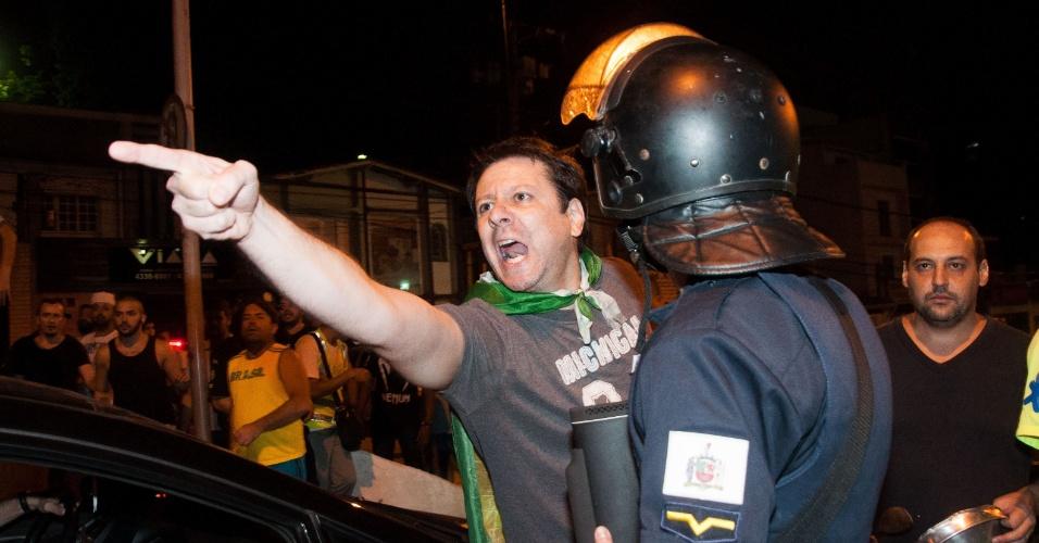 17.mar.2016 - Manifestante contra o ex-presidente Luiz Inácio Lula da Silva gesticula durante protesto em frente à casa do novo ministro da Casa Civil nomeado pela presidente Dilma Rousseff. Um grupo pró e contra o petista entraram em confronto no local