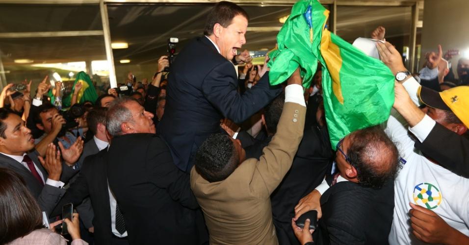 28.mar.2016 - O presidente da OAB (Ordem dos Advogados do Brasil), Cláudio Lamachia, é carregado por colegas advogados após protocolar um novo pedido de impeachment contra a presidente Dilma Rousseff na Câmara dos Deputados, em Brasília