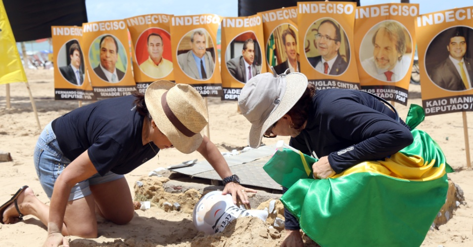 3.abr.2016 - Manifestantes protestam com enterro simbólico de um pixuleco --boneco inflável do ex-presidente Lula vestido de presidiário--, na orla de Boa Viagem, no Recife (PE), durante ato a favor do impeachment da presidente Dilma Rousseff