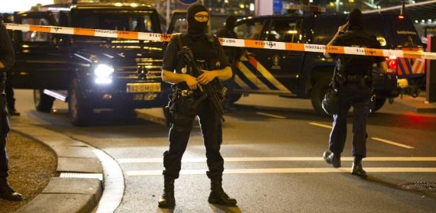 Policiais holandeses fazem a segurança de área externa ao aeroporto de Schiphol, em Amsterdã