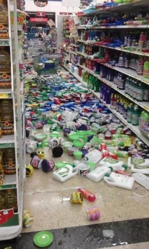 16.abr.2016 - Produtos lotam chão de supermercado no Equador após terremoto atingir o país