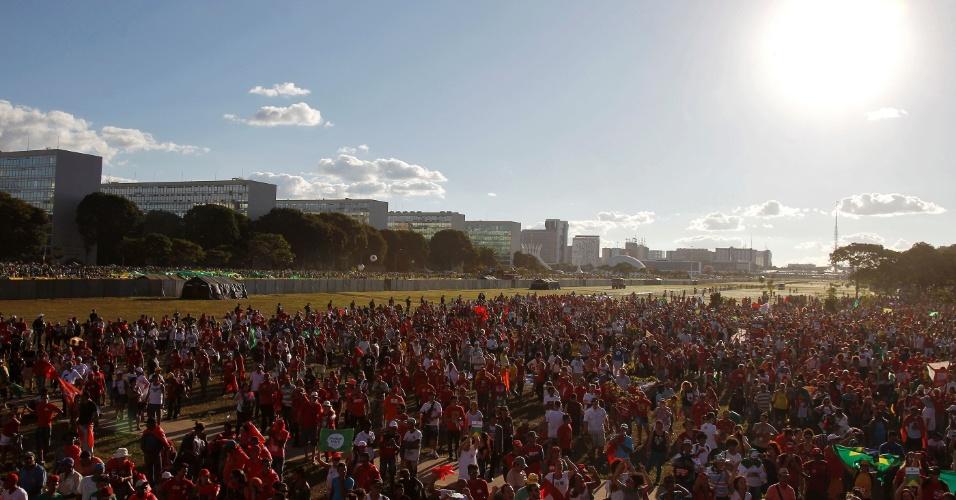 17.abr.2016 - Manifestantes que são contra o impeachment da presidente Dilma Rousseff protestam na Esplanada dos Ministérios, em Brasília, separados do grupo que é a favor do impeachment por um muro montado pela Secretaria de Segurança Pública do Distrito Federal