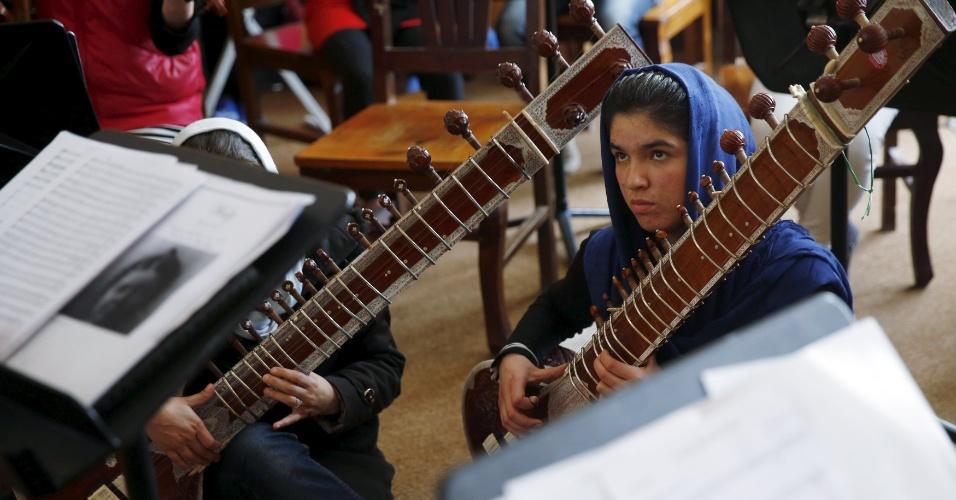 """18.abr.2016 - Agora ela vive em um orfanato na capital do país e lidera um grupo de 35 mulheres que tocam tanto instrumentos ocidentais quanto afegãos. """"Comparadas com as mulheres fora do Afeganistão, nós vivemos numa caixa"""", conta"""
