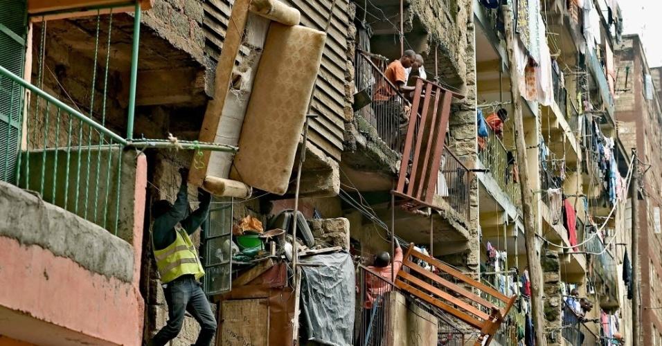 6.mai.2016 - Moradores retiram móveis de um prédio que será demolido em Nairóbi, no Quênia. O governo ordenou a demolição de prédios inseguros após parte de um prédio desabar no sábado (30) deixando pelo menos 33 mortos