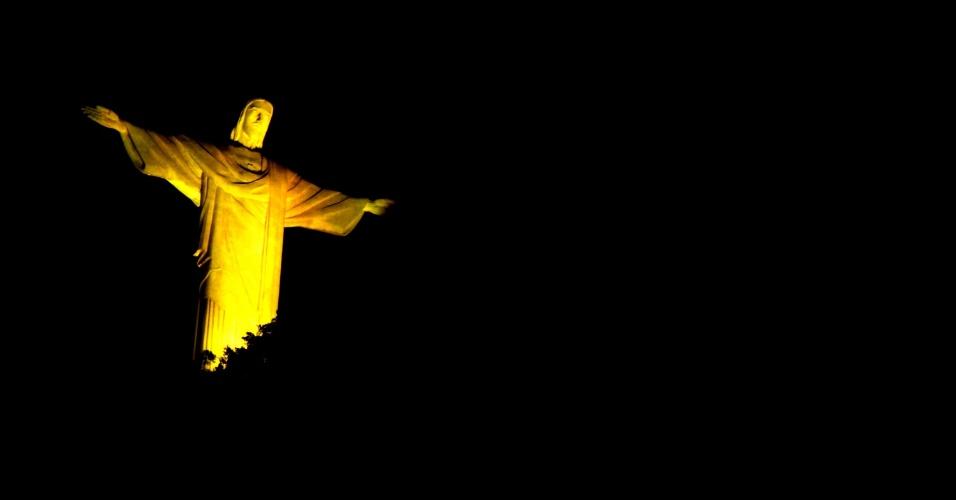 22.mai.2016 - O Cristo Redentor é iluminado de amarelo, no Rio de Janeiro. A ação faz parte do movimento Maio Amarelo de 2016, e tem como objetivo discutir o tema segurança viária e mobilizar toda a sociedade a debater os altos índices de acidentes de trânsito