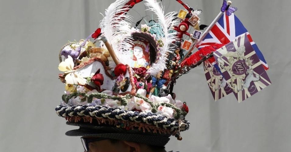 24.mai.2016 - Visitante com chapéu extravagante é fotografado durante o show de flores de Chelsea, em Londres