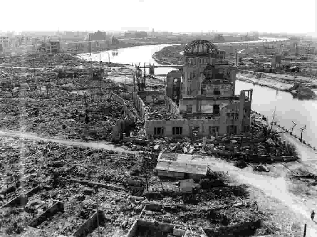 25.mai.2016 - A abóbada da bomba atômica de Hiroshima, ou Genbaku Domu, o mais famoso monumento memorial cidade bombardeada em 6 de agosto de 1945 foi declarado Patrimônio da Humanidade pela Unesco em 1996. Antes de ser destruído, o edifício serviu à Promoção Industrial da Prefeitura de Hiroshima. Atualmente ele abriga o Memorial da Paz de Hiroshima. Em 27 de maio o presidente dos EUA, Barack Obama, visitará a cidade acompanhado pelo primeiro-ministro japonês, Shinzo Abe. Obama será o primeiro chefe de Estado americano a visitar o local do primeiro bombardeio atômico do mundo - Hiroshima Peace Memorial Museum/Reuters
