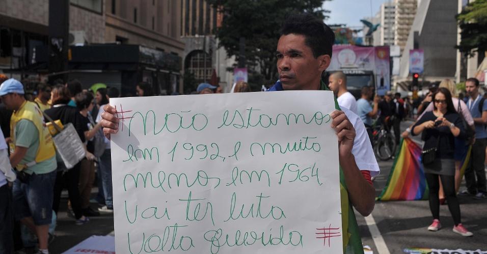 29.mai.2016 - Manifestações política têm se sobressaído na 20ª Parada do Orgulho LGBT de SP